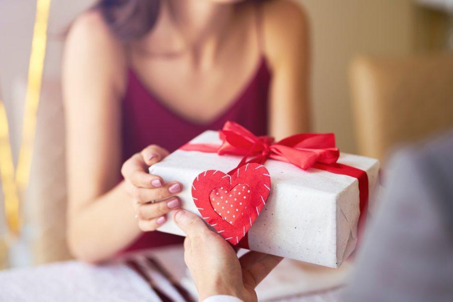 Dia dos Namorados: cuidados ao comprar o presente pela internet